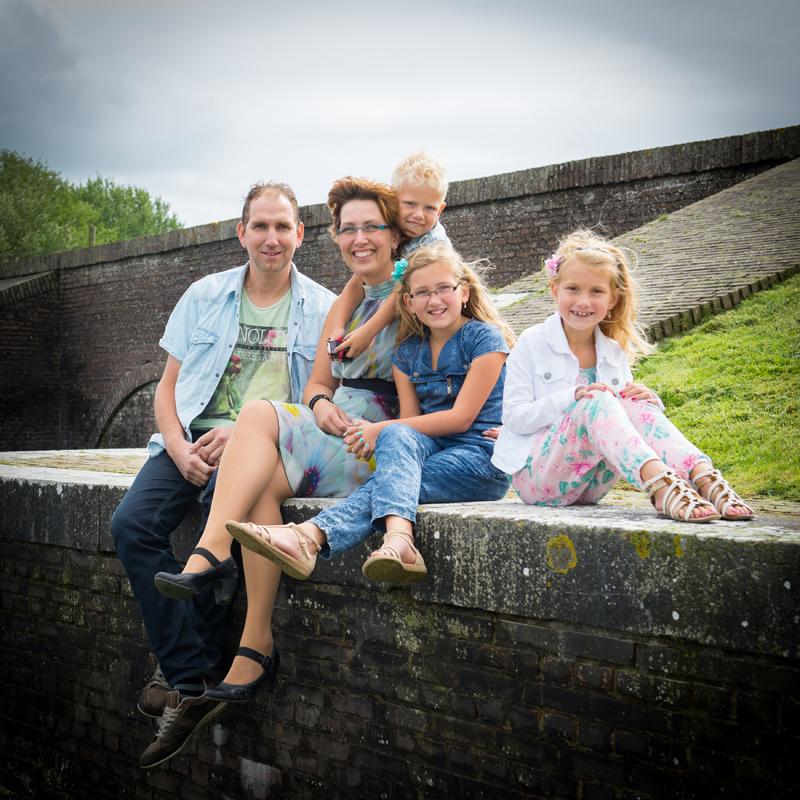 Samen met het gezin op de foto bij een oude sluis