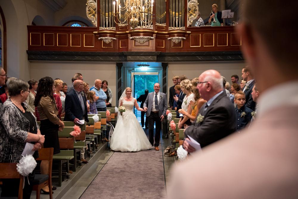 Vader brengt bruid in de kerk